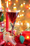Nahaufnahme des Flitters, der Kerze und des Rotweins. stockfotos