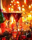 Nahaufnahme des Flitters, der Kerze und des Rotweins. Stockbild