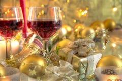 Nahaufnahme des Flitters, der Kerze und des Rotweins. stockbilder