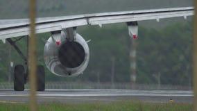Nahaufnahme des Flugzeugmit einem taxi fahrens stock footage
