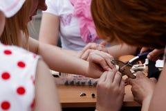 Nahaufnahme des Frauenin handarbeit machens lizenzfreies stockbild