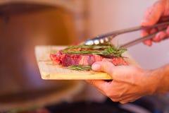 Nahaufnahme des Frischfleisches des Steaks, das auf Grill sich vorbereitet Lizenzfreies Stockfoto