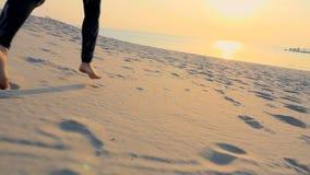 Nahaufnahme des Fußes Gesund, tragen Junge Schönheitsläufe entlang dem Sand, auf dem Strand, im Sommer, in Richtung zur Sonne zur stock video footage