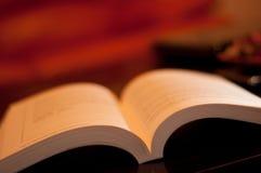 Nahaufnahme des geöffneten Buches stockfotografie