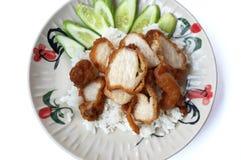 Nahaufnahme des gebratenen geschnittenen Schweinefleischstückchens mit Reis Lizenzfreies Stockfoto
