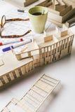 Nahaufnahme des Gebäudemodells und Entwurfswerkzeuge auf einem Bau planen. Stockfoto