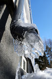 Nahaufnahme des gefrorenen Abflussrohrs stockfotografie