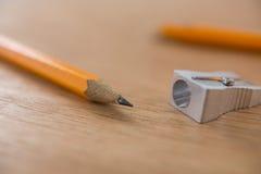 Nahaufnahme des gelben Bleistifts mit Bleistiftspitzer Lizenzfreies Stockfoto