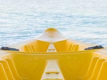 Nahaufnahme des gelben Kajaks auf blauem Seehintergrund Lizenzfreies Stockbild