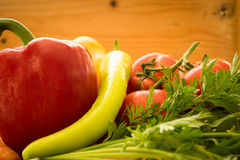 Nahaufnahme des Gemüses gegen hölzernen Hintergrund lizenzfreie stockbilder