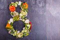 Nahaufnahme des Gemüses werden auf einem schwarzen Hintergrund in der Nr. acht auf dem links gezeichnet Stockbild