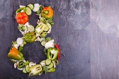 Nahaufnahme des Gemüses werden auf einem schwarzen Hintergrund in der Nr. acht auf dem links gezeichnet Stockfotografie