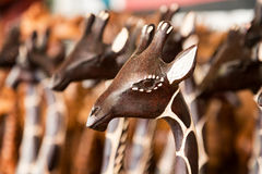 Nahaufnahme des generischen afrikanischen Schnitzens einer Giraffe Stockbilder
