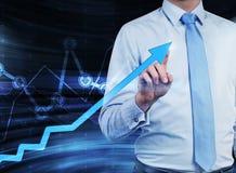 Nahaufnahme des Geschäftsmannes, der den wachsenden Pfeil unterstreicht, der das Konzept des Erfolgs symbolisiert Stockbilder