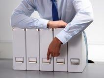 Nahaufnahme des Geschäftsmannes mit Büroordnern Stockbild