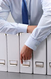Nahaufnahme des Geschäftsmannes mit Büroordnern Lizenzfreie Stockfotos
