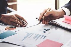 Nahaufnahme des Geschäftsmannes und des Partners übergibt das Zeigen auf Geschäft Stockbilder
