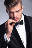 Nahaufnahme des Geschäftsmannes vorbereitend zu rauchen Stockbild