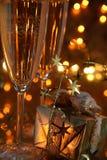 Nahaufnahme des Geschenks und des Champagners in den Gläsern. stockfotografie