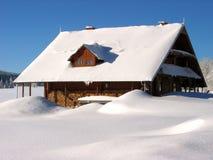 Nahaufnahme des geschneiten Hauses in den Bergen Stockfoto