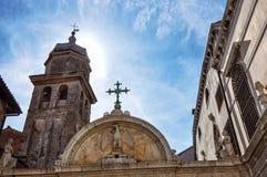 Nahaufnahme des geschnitzten Marmorportal- und Kirchenglocketurms mit Glühen von der Sonne in Venedig Lizenzfreie Stockbilder