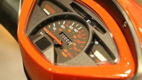 Nahaufnahme des Geschwindigkeitsmessers auf elektrischem Roller, Nadel, die bei null, Technologie zeigt stock video footage