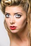 Nahaufnahme des Gesichtes der blonden Frau stockfotografie