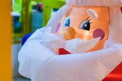 Nahaufnahme des Gesichtes von aufblasbaren Santa Claus während des Chri lizenzfreie stockfotos