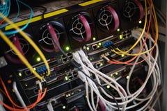 Nahaufnahme des Gestell angebrachten Servers Stockbilder