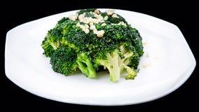 Nahaufnahme des gesunden Brokkoliaufruhrfischrogens lokalisiert auf schwarzem Hintergrund, chinesische Küche Lizenzfreies Stockfoto