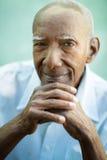 Nahaufnahme des glücklichen alten schwarzen Mannes, der an der Kamera lächelt Stockbild
