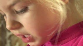 Nahaufnahme des glücklichen kleines Mädchen-Gesichtes, das emotional liest 4K UltraHD, UHD stock video footage