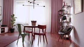 Nahaufnahme des grünen Krugs, der Teeschale und der Plätzchen gelegt auf Tabelle in Th stock video footage