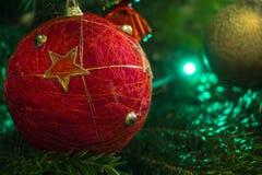 Nahaufnahme des grünen Weihnachtsbaums und der roten Weinleseballdekorationen stockbilder