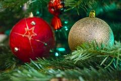Nahaufnahme des grünen Weihnachtsbaums und der roten Weinleseballdekorationen lizenzfreie stockfotos