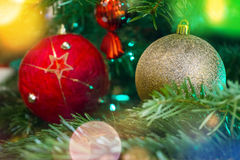 Nahaufnahme des grünen Weihnachtsbaums und der roten Weinleseballdekorationen stockfoto