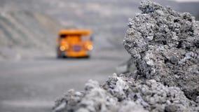 Nahaufnahme des grauen Steins auf Hintergrund von LKW Im Vordergrund graue Steinbildung im selektiven Fokus gegen Hintergrund stock footage