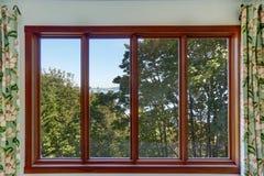 Nahaufnahme des großen Fensters mit vier Scheiben mit Sommerlandschaft Stockfotos