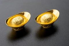 Nahaufnahme des großen Goldes auf schwarzem Hintergrund Stockfotos