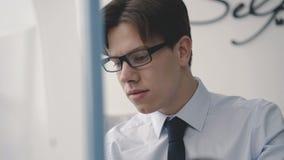 Nahaufnahme des gutaussehenden Mannes schreibend auf einer PC-Tastatur 4K stock video