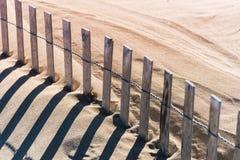 Nahaufnahme des hölzernen Latten- und Drahtstrandhafergrenzzauns stockfoto