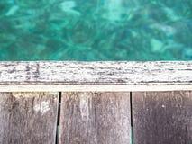 Nahaufnahme des hölzernen Piers mit blauem Seehintergrund Stockfotos