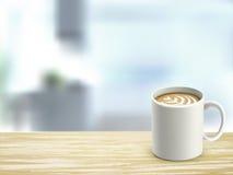 Nahaufnahme des hölzernen Schreibtisches und des Kaffees im Raum Lizenzfreie Stockbilder