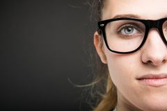 Nahaufnahme des halben Gesichtes der attraktiven Ärztin Stockbilder