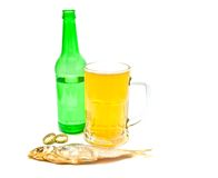 Nahaufnahme des hellen Bieres und des Stockfisches stockfoto