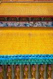 Nahaufnahme des hellen gelben Dachs des Kek-lok Sitempels Stockbild