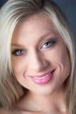 Nahaufnahme des herrlichen blonden Lächelns der grünen Augen Stockbild