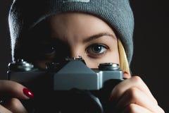 Nahaufnahme des Hippie-Mädchens mustert, Foto mit Retro- Kamera machend Lizenzfreie Stockfotografie