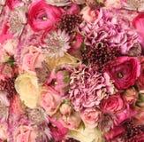 Nahaufnahme des Hochzeitsblumenstraußes mit Astrantia, Skimma, Kohl, ro Stockfotografie