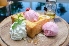 Nahaufnahme des Honigtoasts mit Eiscreme Lizenzfreie Stockbilder